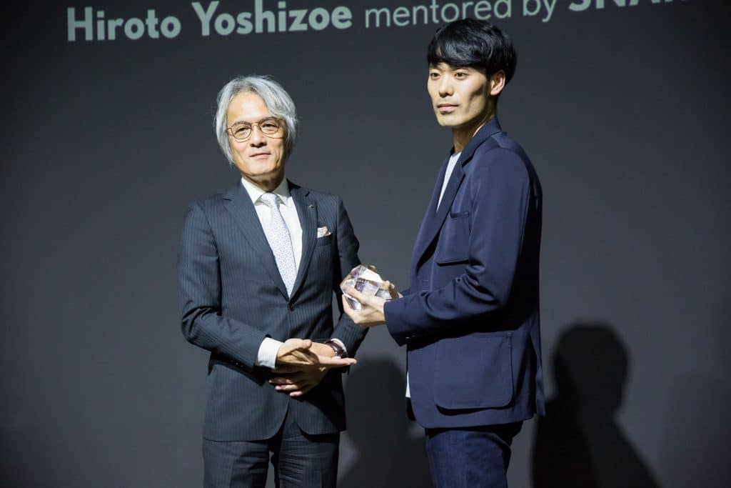 Il vincitore Hiroto Yoshizoe premiato dal Presidente di Lexus International Yoshihiro Sawa - Credits Glamour Affair