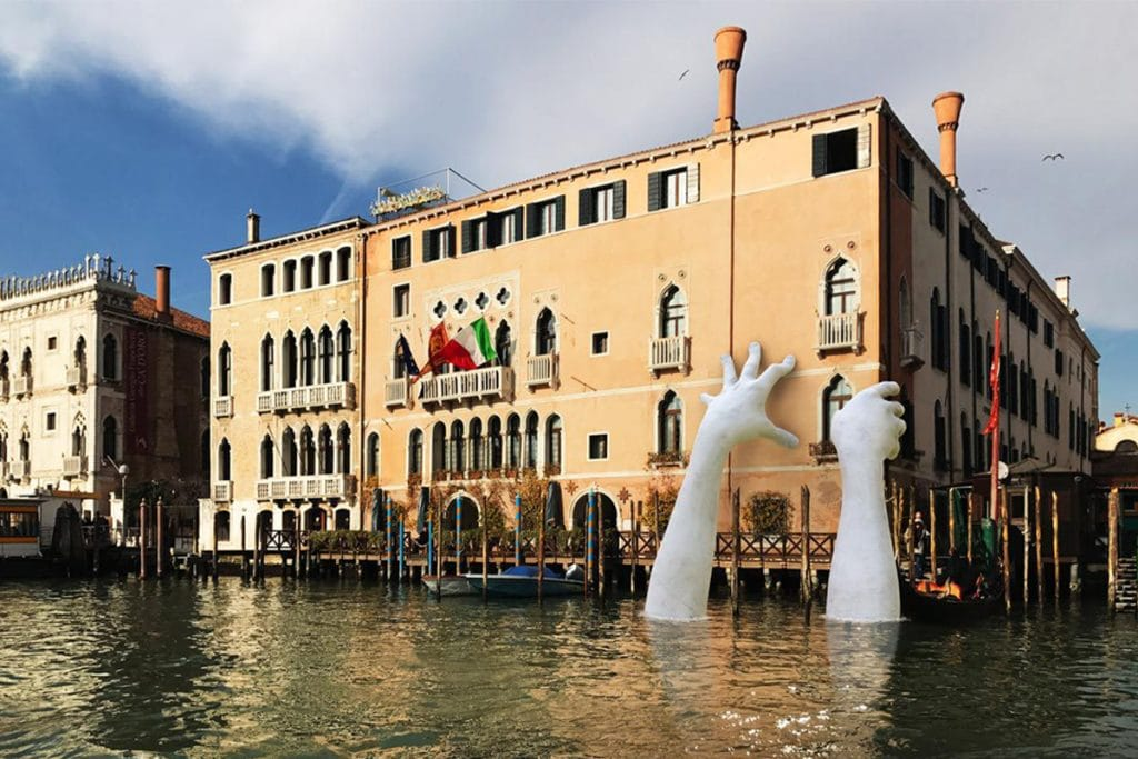 Support, le mani giganti, Lorenzo quinn