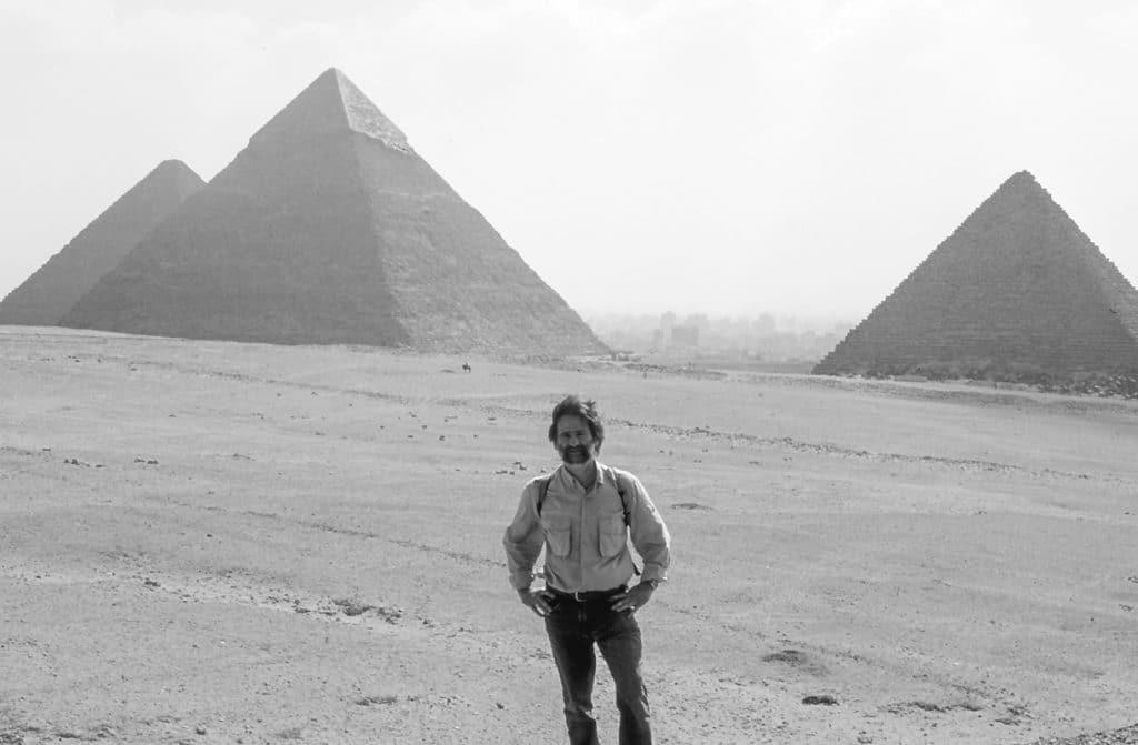 Bog Gil in egitto, davanti alle piramidi della Piana di Giza