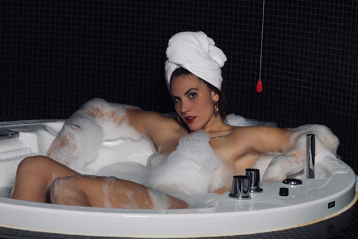 Categorie: Boudoir & Nude, Fashion, Glamour; Model: MARTINA MAZZA (martisvampi); Photo: LUIGI DI FIORE, Elpangoloco; Location: MO.OM Hotel, Olgiate Olona, VA