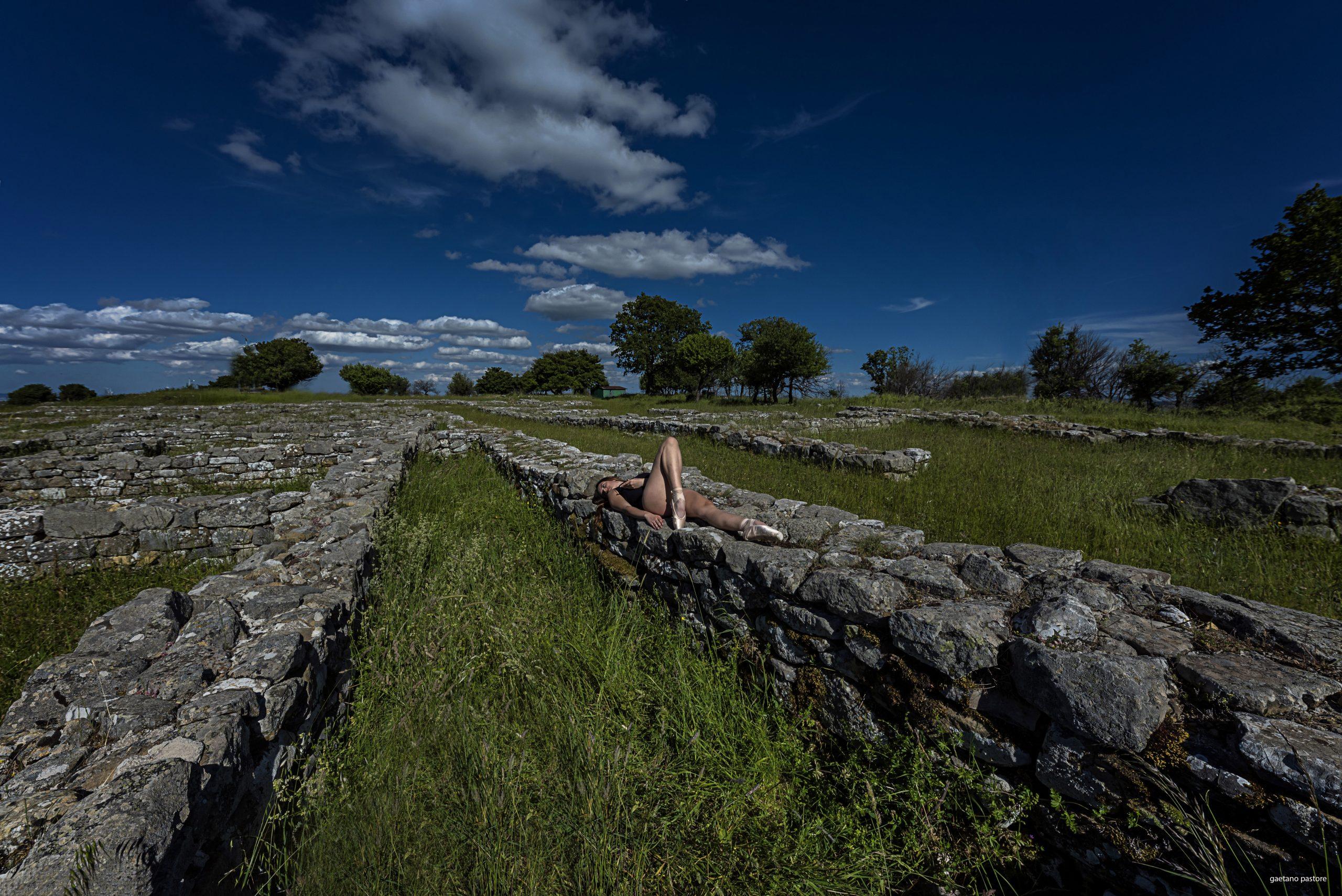 Categorie: Glamour, Landscape & Nature; Photographer: GAETANO PASTORE; Model: LORENZA GALLO; Location: Parco archeologico di Serra di Vaglio, Vaglio Basilicata, PZ, Italia