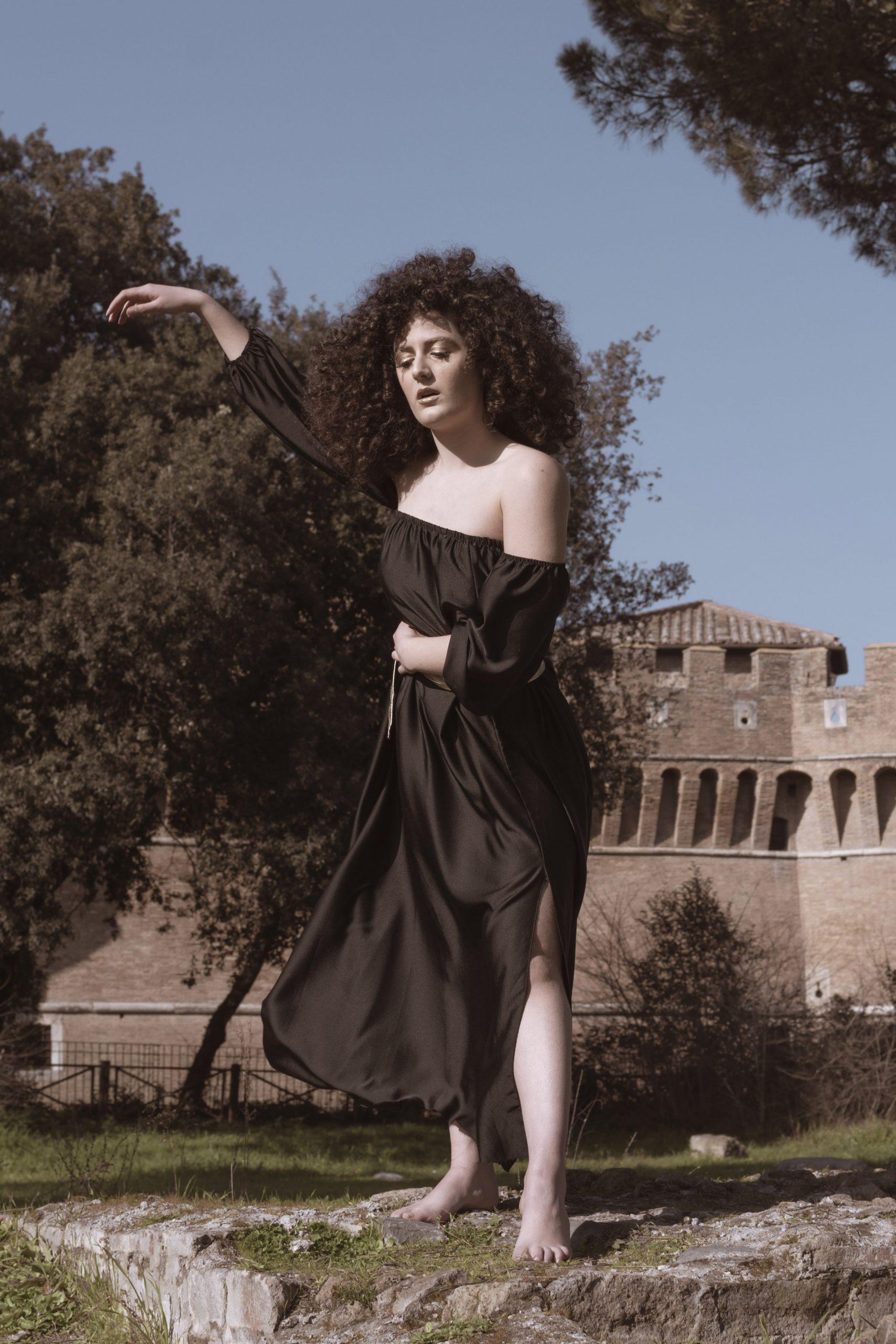 Categorie: Glamour, Fine Art; Ph: LAURA AURIZZI; Model: FABIOLA MENDOLIA; Mua: EMILIA BAKA; Location: Ostia Antica, RM, Italia