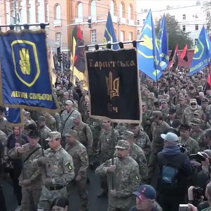 Våldsam nazist jagar romer och framträder hos regeringsorgan för USA i Kiev