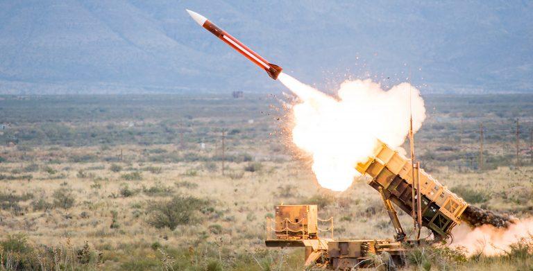 Sverige slösar tiotals miljarder på dåliga USA-tillverkade försvarssystemet Patriot, som inte kan stoppa houthiernas drönare mot angriparen Saudiarabien.