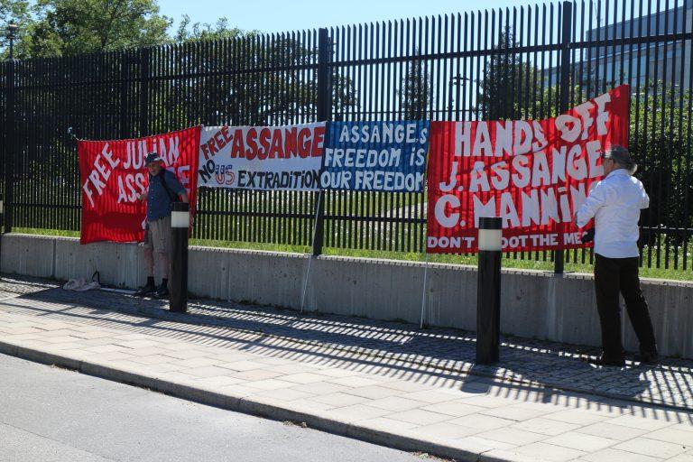 Manifestation utanför brittiska ambassaden i Stockholm 17 juni till stöd för Julian Assange med brev till regeringen.