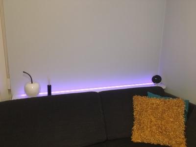 Indirecte verlichting onder glazen blad met Philips Hue