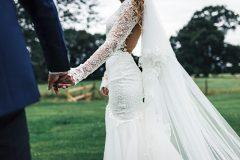 Bryllupsfotograf tager billede af brudepar på deres bryllupsdag