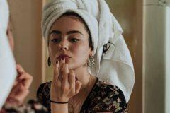 Kvinde gør sig klar i spejlet