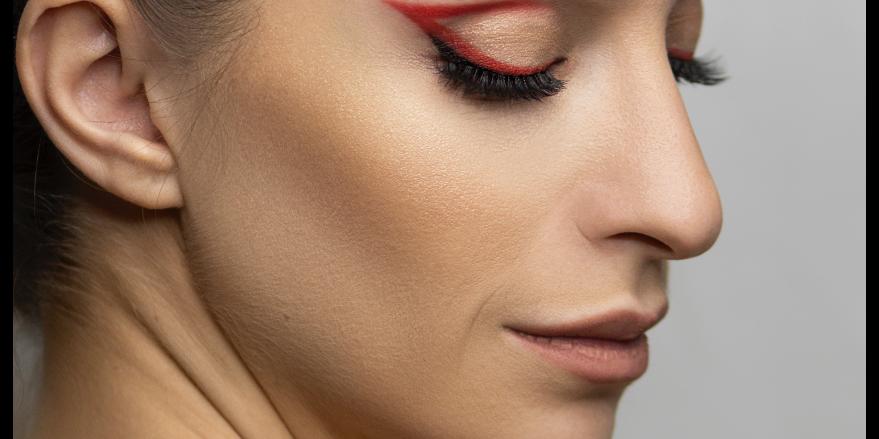 Kvinde med rød eyeliner