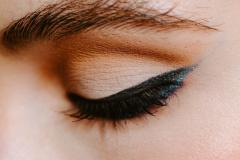 Kvinde med flot perfekt eyeliner
