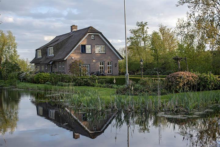 Hus med tilstandsrapport ved en sø
