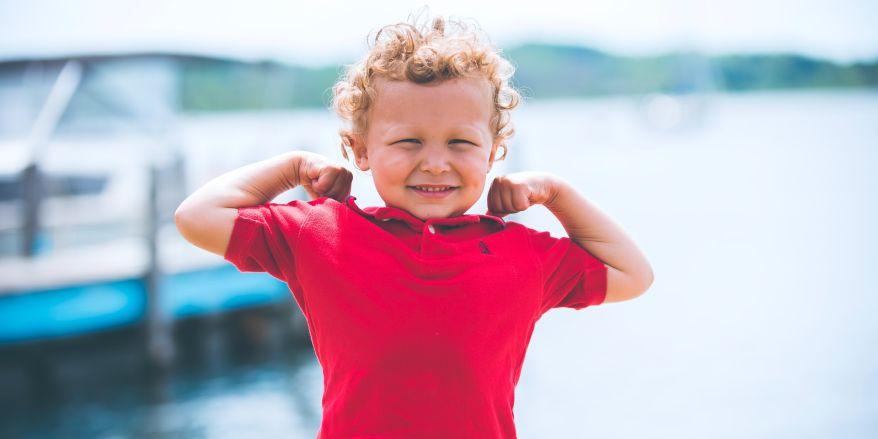 Glad dreng i rød polo