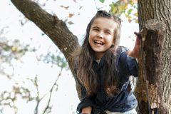 Glad pige i et træ