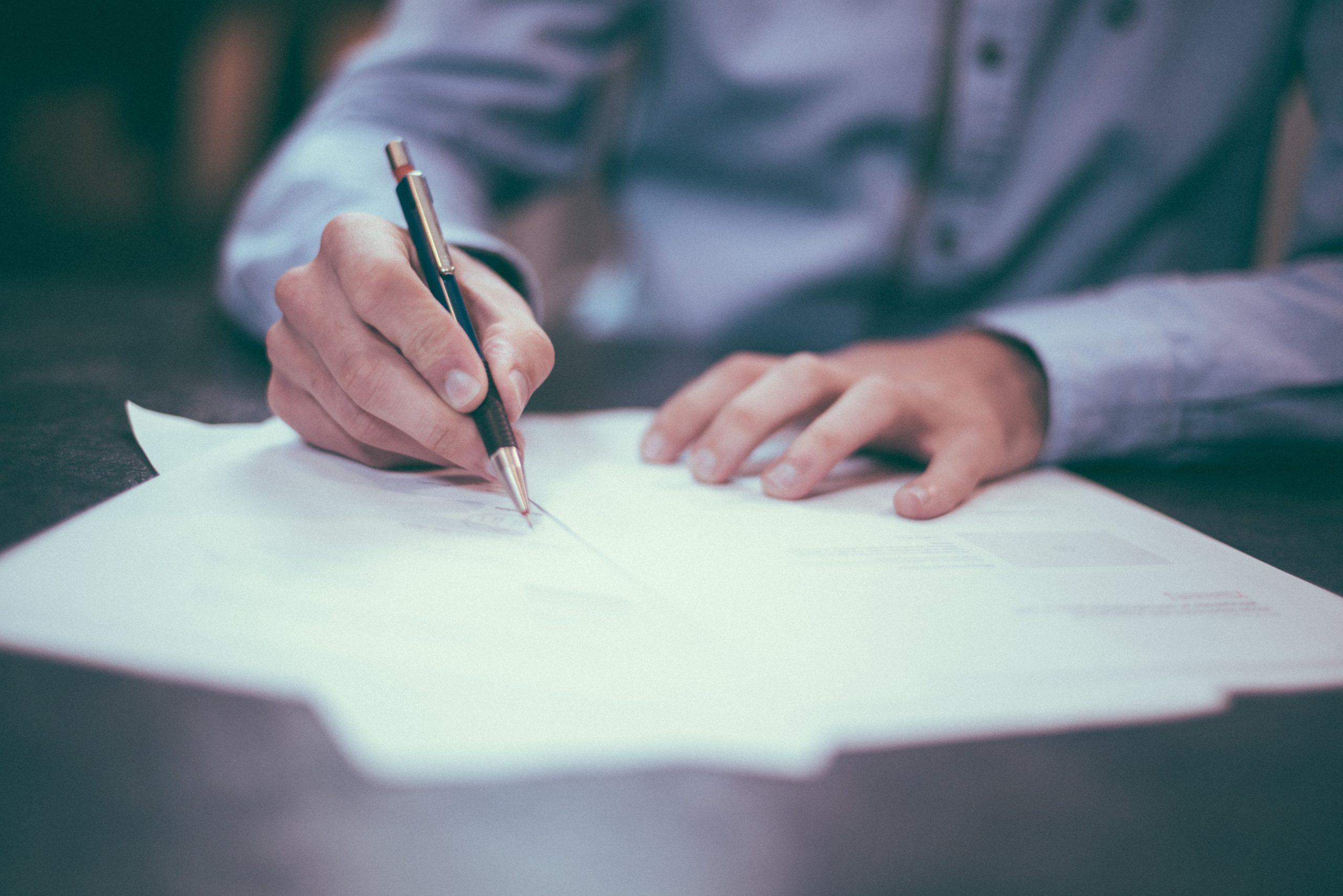 avtal underskrift för golvläggning av fiskbensparkett eller golvslipning pigmentering