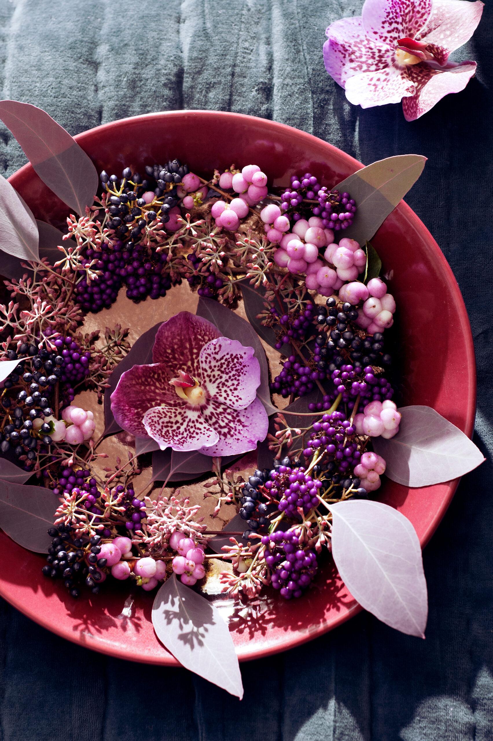 Einzelne Blüten lassen sich mit Fundstücken aus dem Garten sehr schön in einer flachen Schale arrangieren
