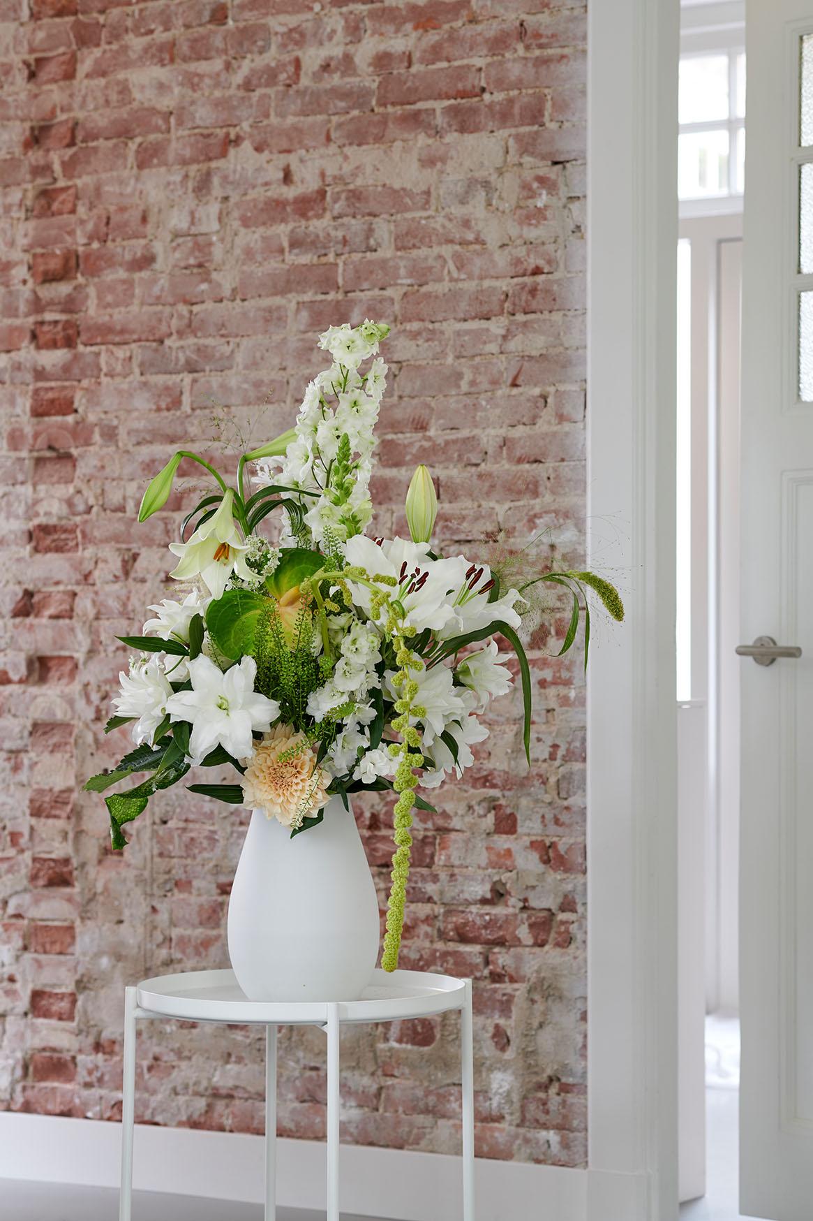 Weiße Lilien verleihen jedem Blumenarrangement Eleganz