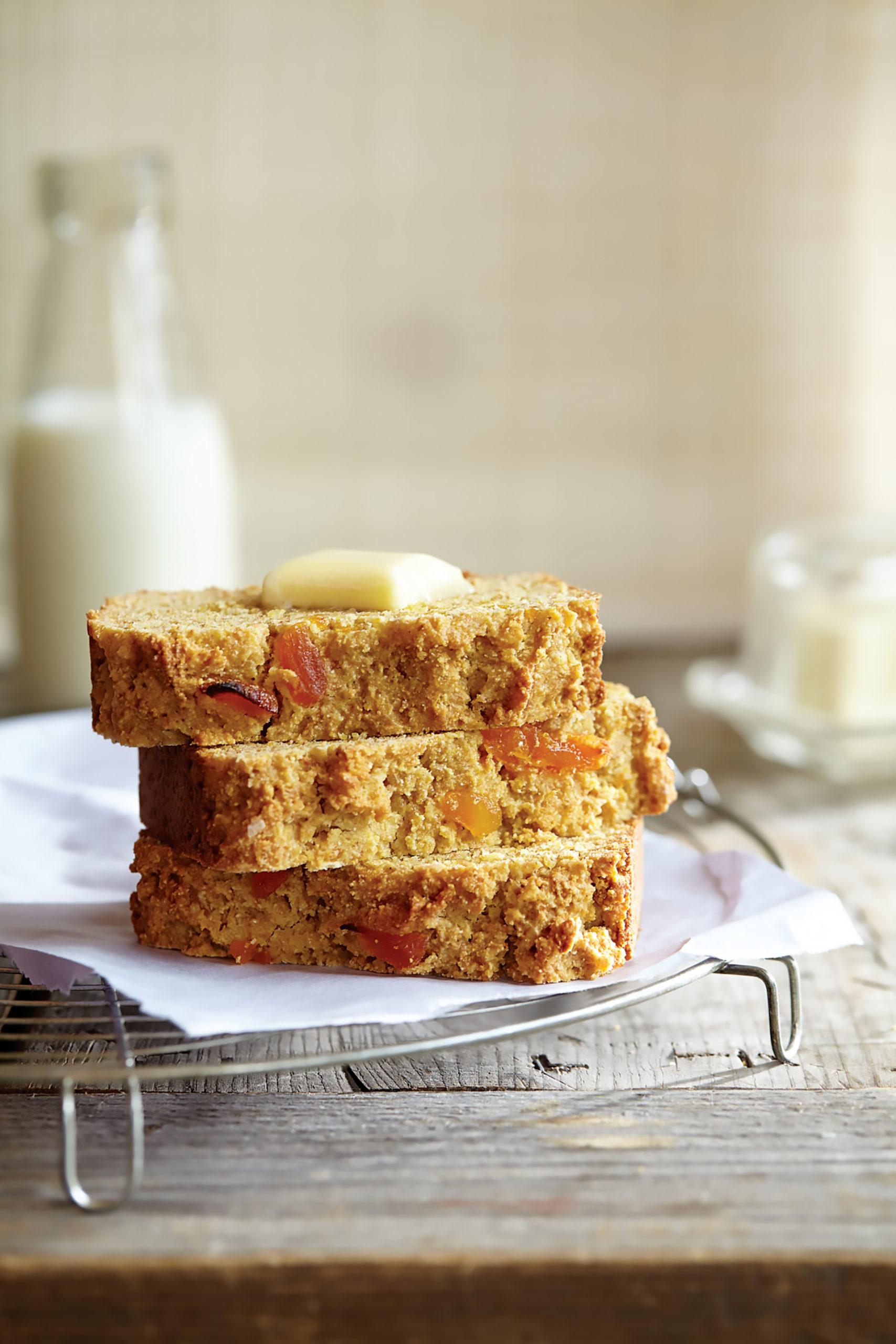 Das Aprikosen-Maisbrot schmeckt pur oder mit selbst gemachter Aprikosenmarmelade besonders gut