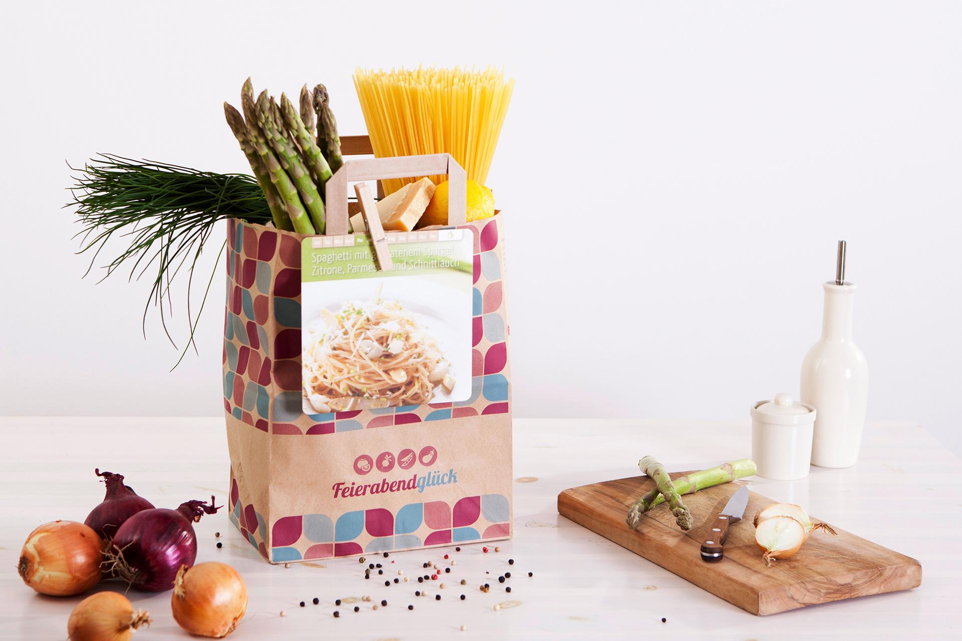Feierabendtüte für Spaghetti mit gebratenem Spargel, Zitrone, Parmesan und Schnittlauch