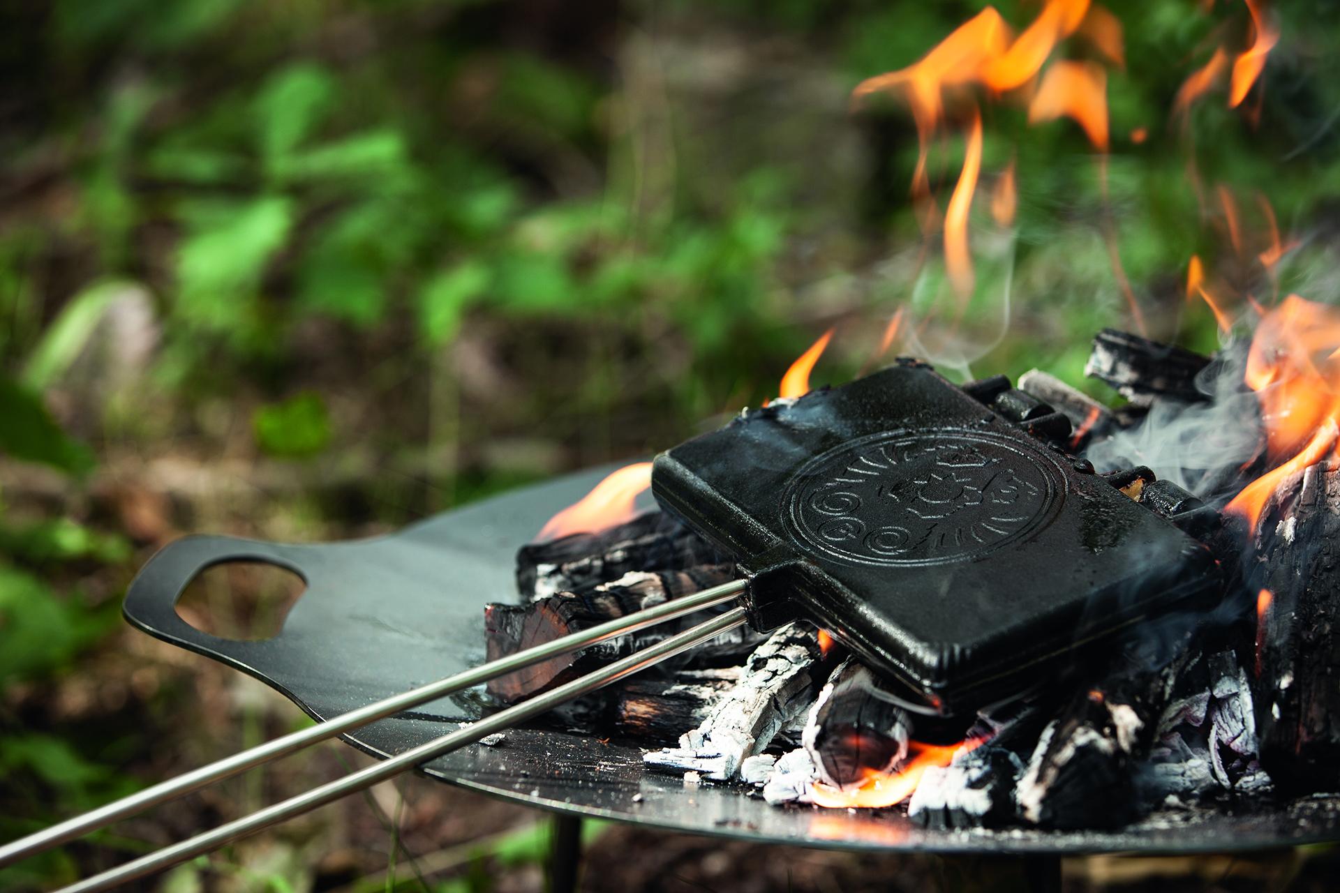 Auf offener Flamme sind die Sauerkrautwaffeln in rund fünf Minuten gebacken