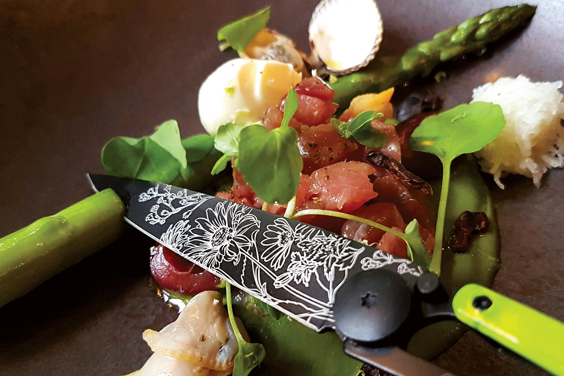 Gemüse lässt sich mit einem deejo ebenso gut schneiden wie Fisch