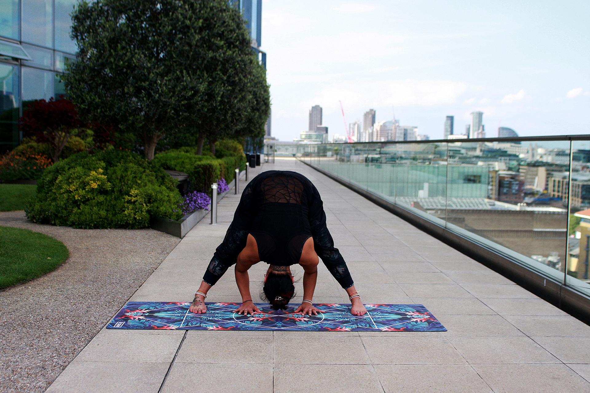 Wer schlau ist, rollt in der Mittagspause die Yogamatte aus - vielleicht machen ja sogar ein paar Kollegen mit?