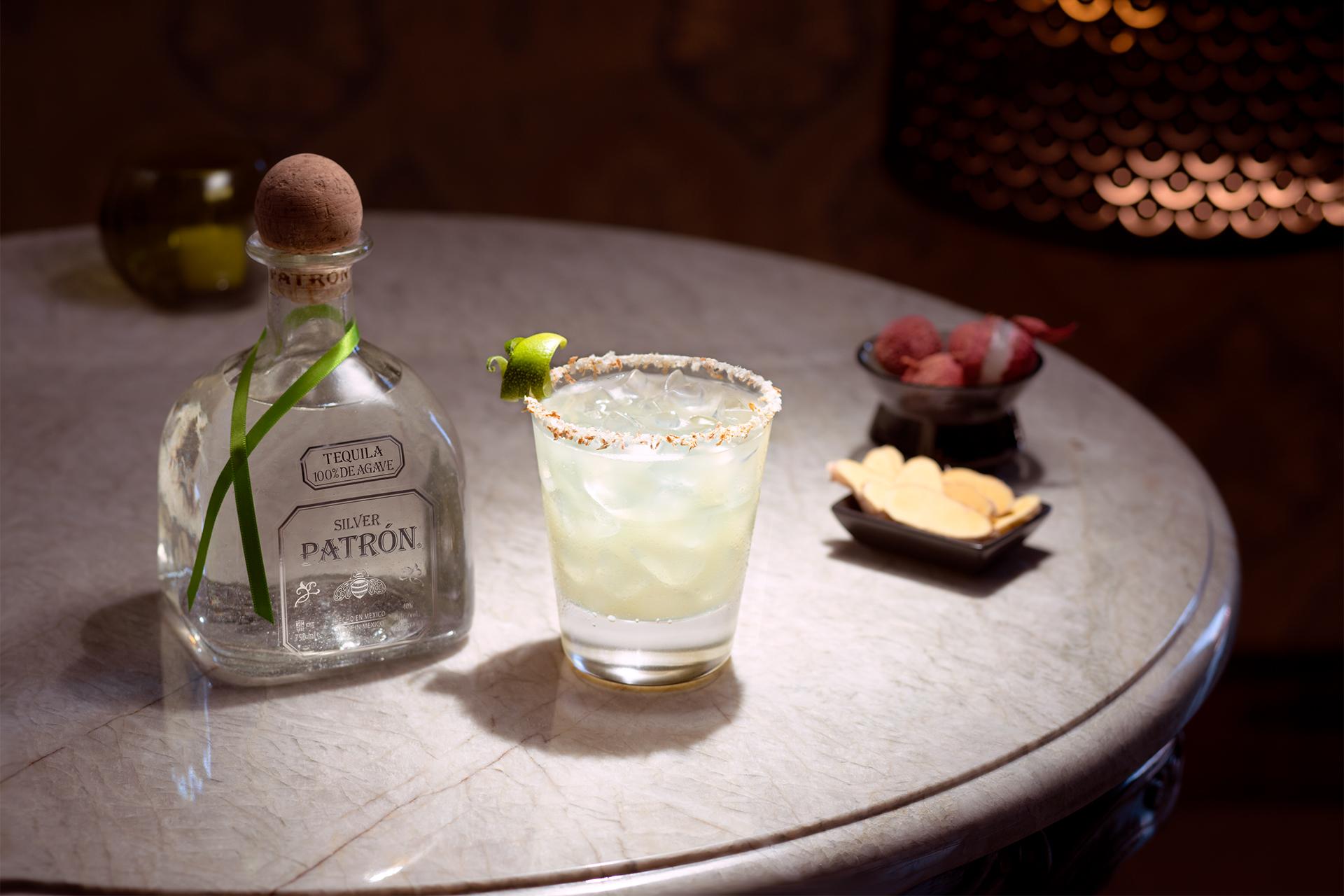 Litschi und Ingwer harmonieren perfekt mit dem Patrón Silver Tequila und der Grapefruitsalzrand verleiht der Margarita Tiefe