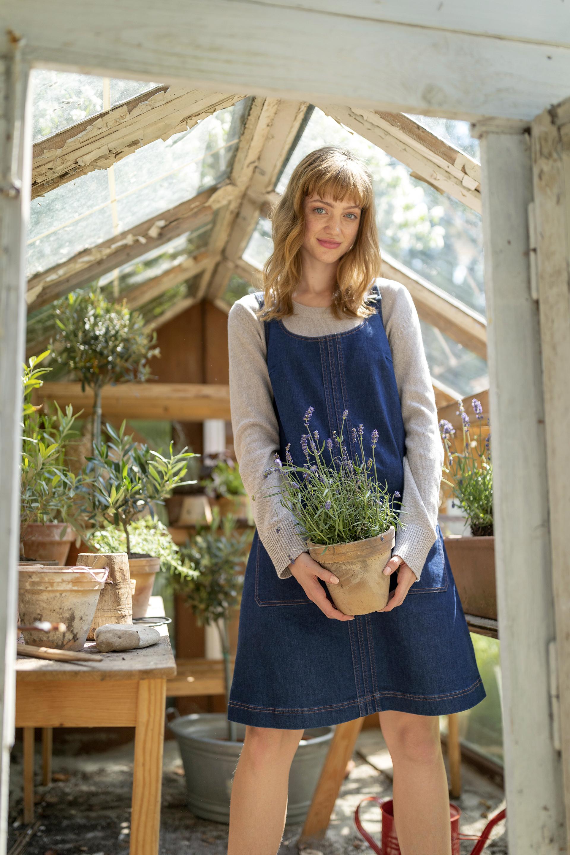 Das nachhaltige Jeanskleid enthält neben Bio-Baumwolle auch neun recycelte PET-Flaschen und kostet 28,99 Euro