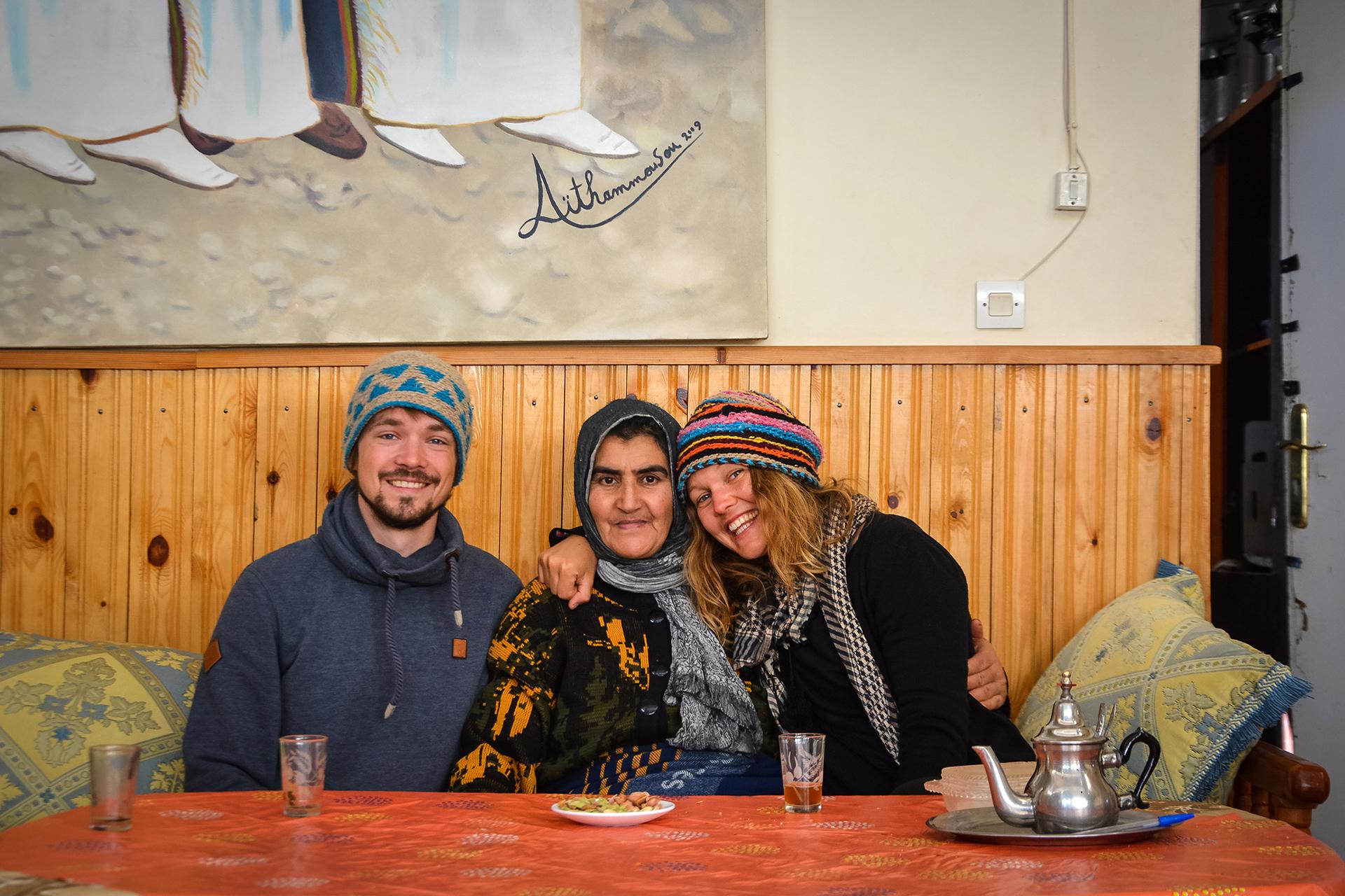 Schnappschuss mit Herbergsmutter Malika in Ilmichil im Atlas, die aufgrund von Depressionen aus der großen Stadt in die Berge gezogen ist