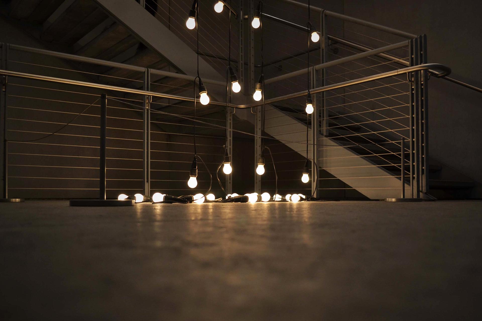 Ist das Kunst? Oder hat hier jemand seine Glühbirnen vergessen? Eindrucksvoll ist das Lichterspiel allemal!