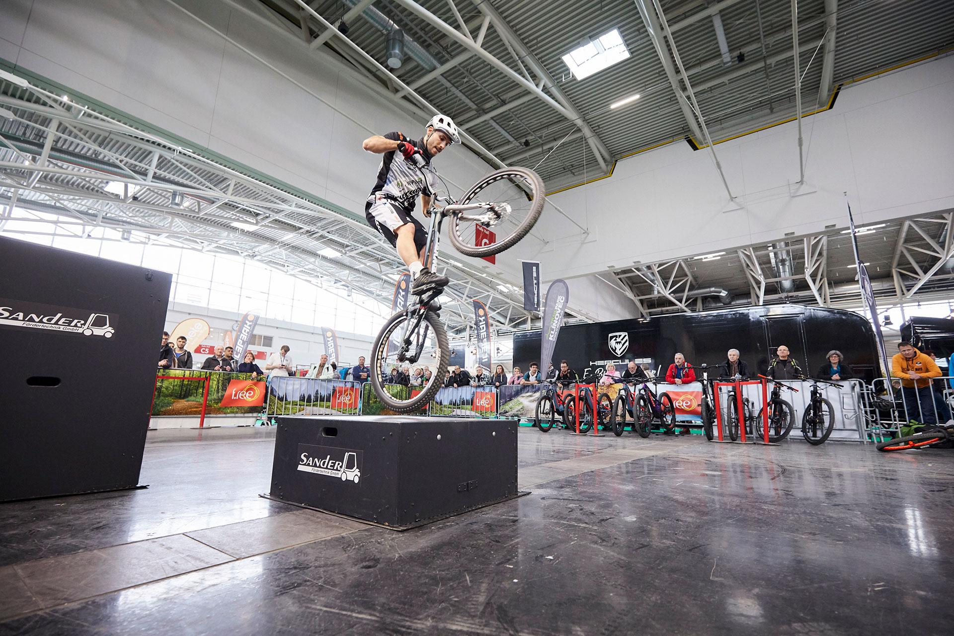 Action pur bei der täglichen Trial-Bike Show in Halle C6