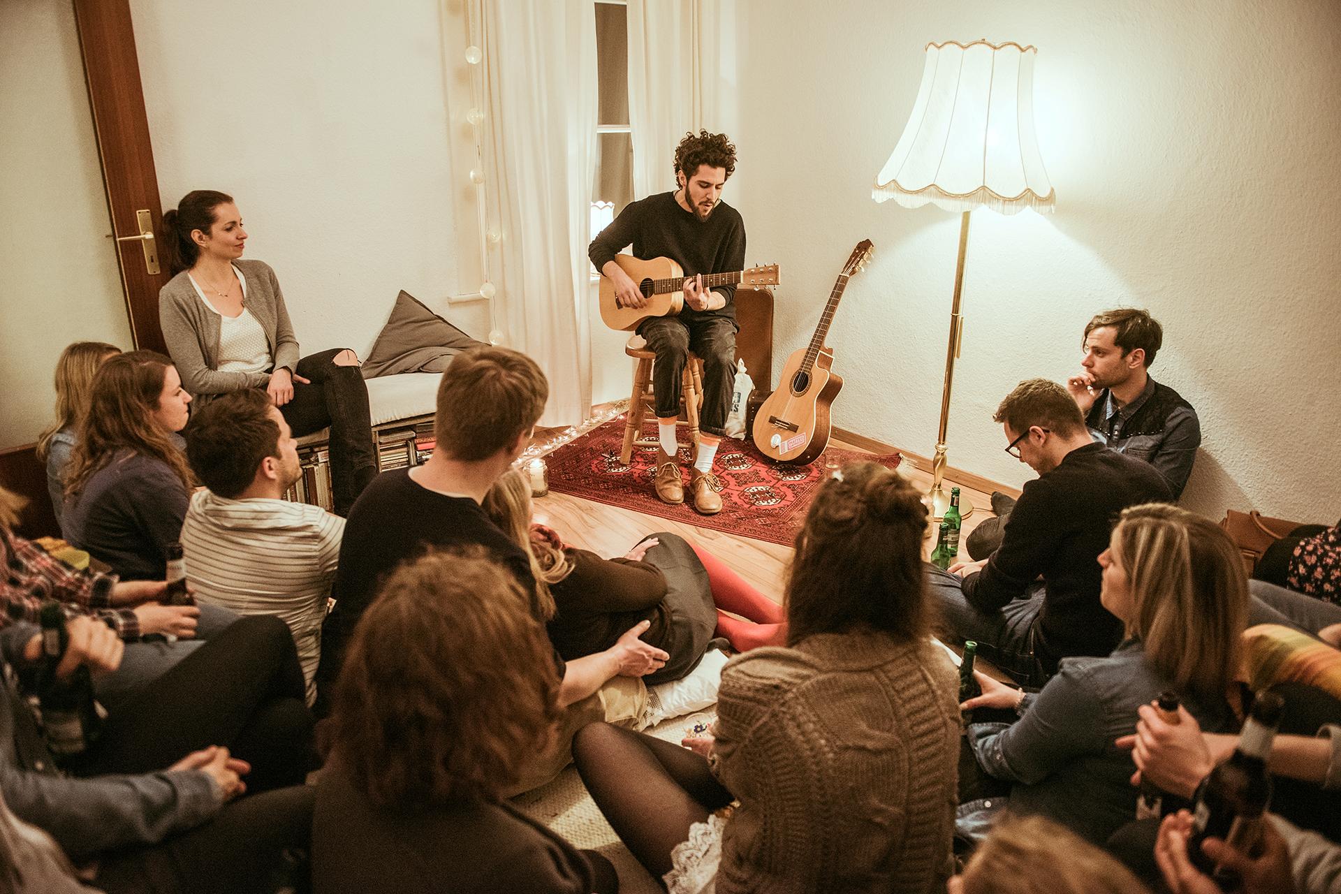 Matteo Capreoli auf einem Sofakonzert