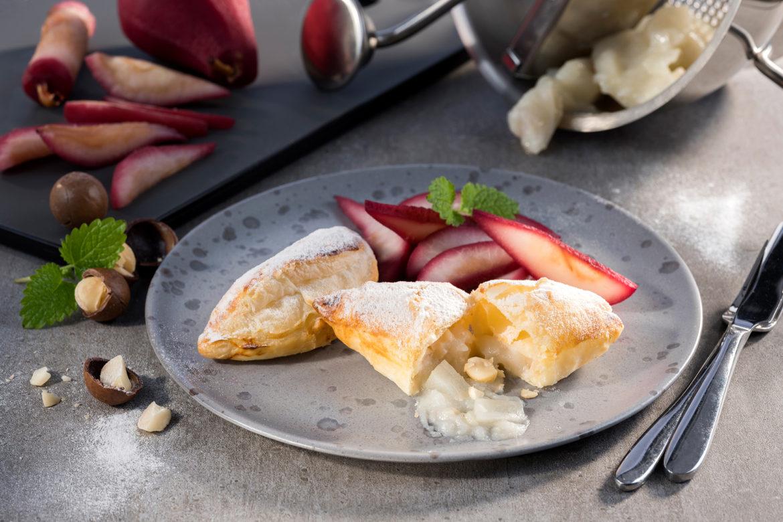 Blätterteigtaschen mit Birnen-Macadamia-Füllung und eingelegten Rotweinbirnen