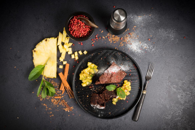Würziger Schokoladengenuss: Brownies mit Ananas-Minz-Ragout