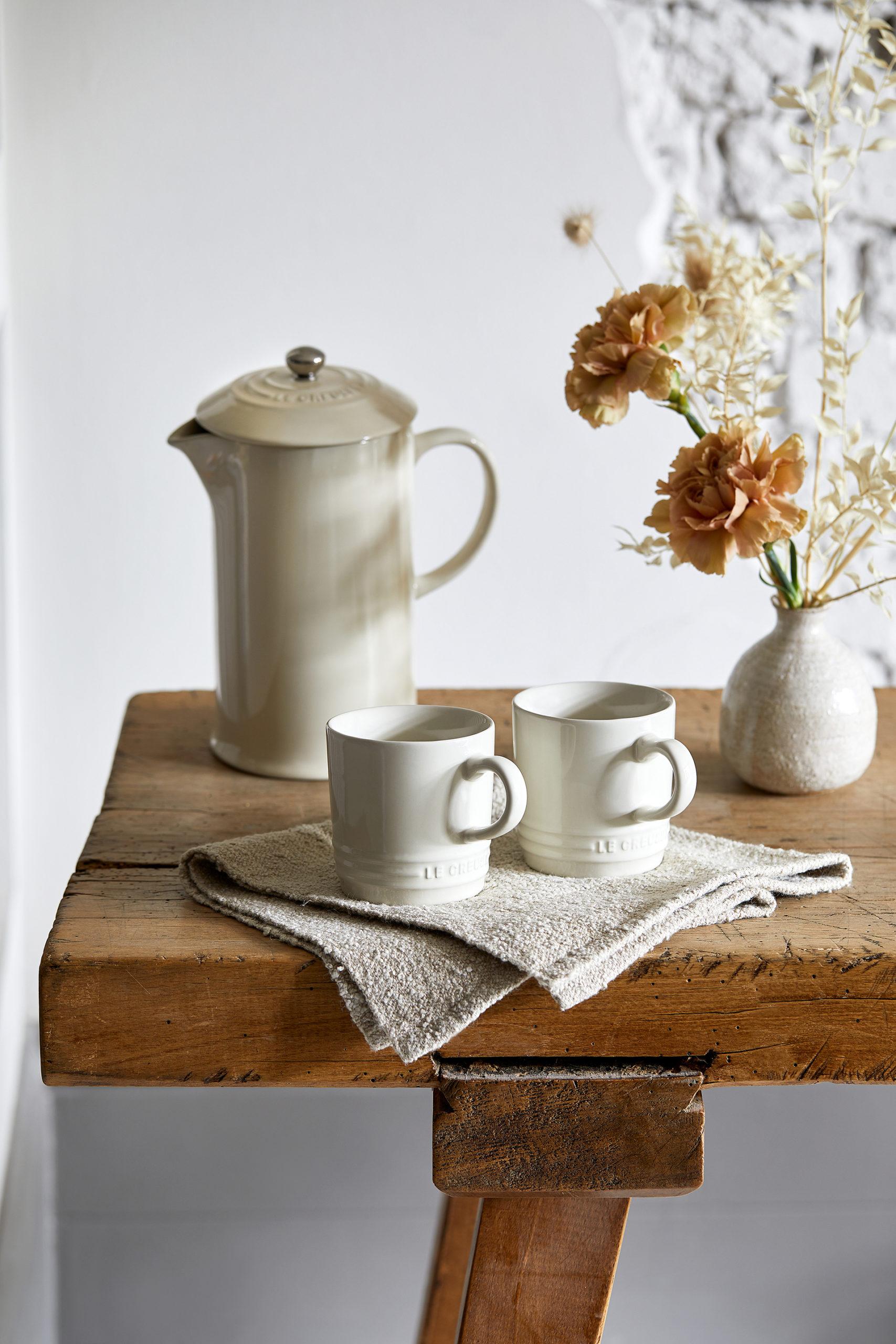 Der Kaffeebereiter aus Steinzeug samt passenden Bechern verströmt eine unaufdringliche Eleganz