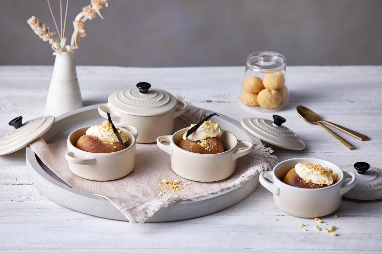 Pochierte Pfirsiche mit Amaretto-Creme und Amarettini-Crunch