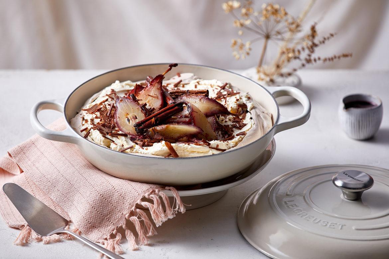 Schokoladen-Pavlova mit pochierten Birnen