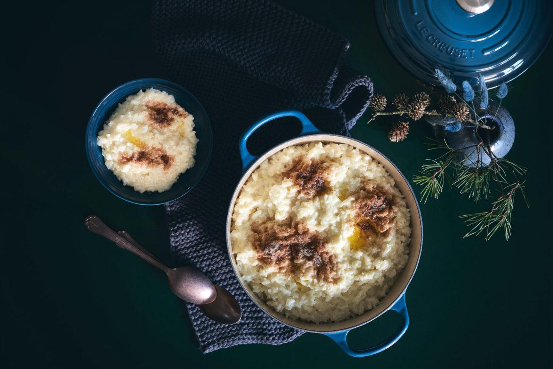 Risengrød – Traditioneller skandinavischer Milchreis mit Zimt, Zucker und Butter