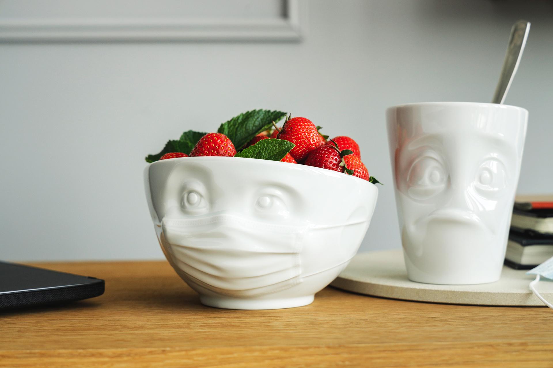 Da schaut der Becher »Verdutzt« ganz schön verdutzt aus dem Porzellan: Er hat keine Maske bekommen