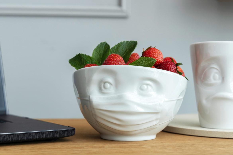 Zuversichtlich – Selbst unsere Schale für Snacks trägt Maske!