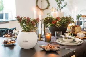 Weihnachtsdekoration mit lebendigem Grün