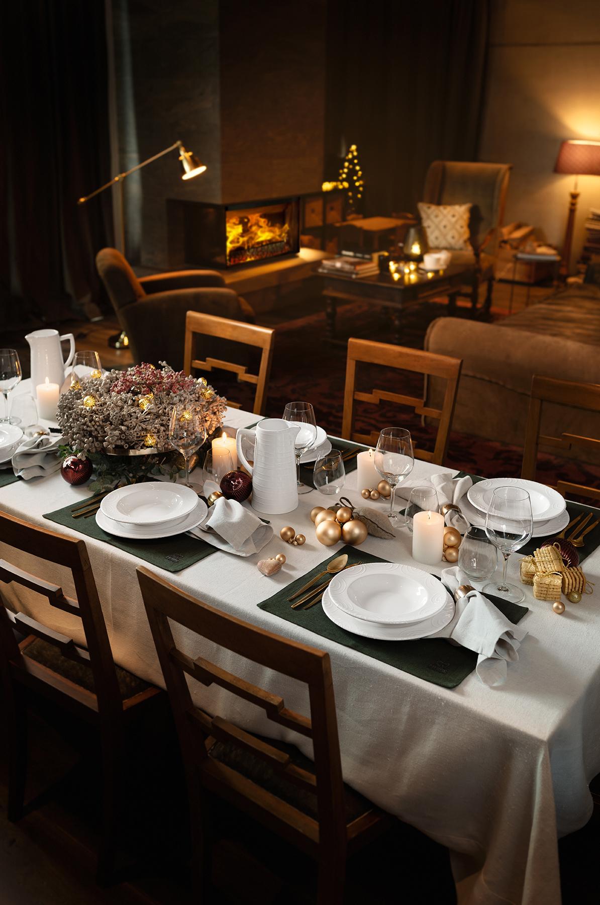 Gedeckter Tisch mit Tellern und Wasserkrügen