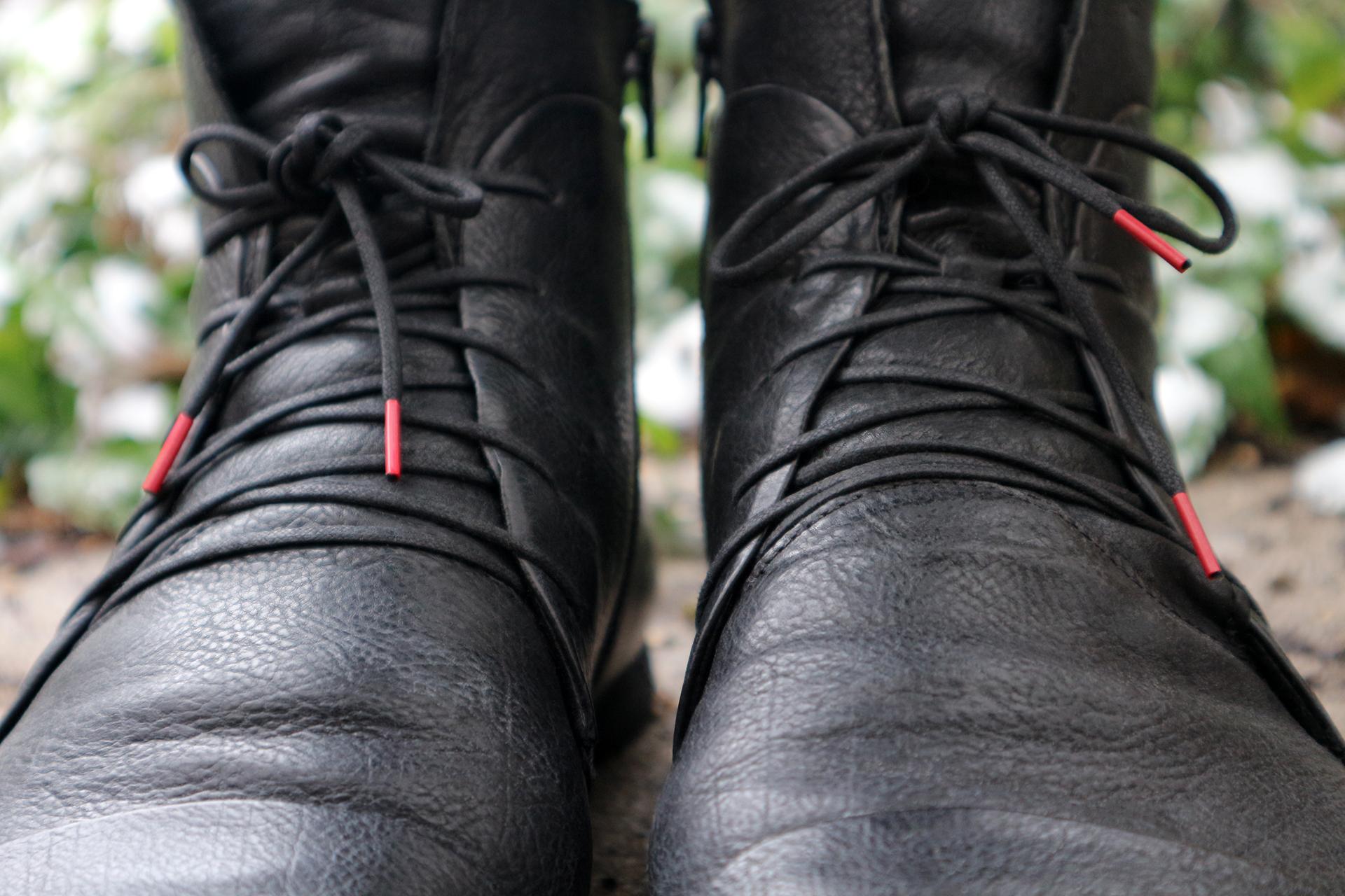 Unverkennbar Think! – die roten Enden der Schnürsenkel