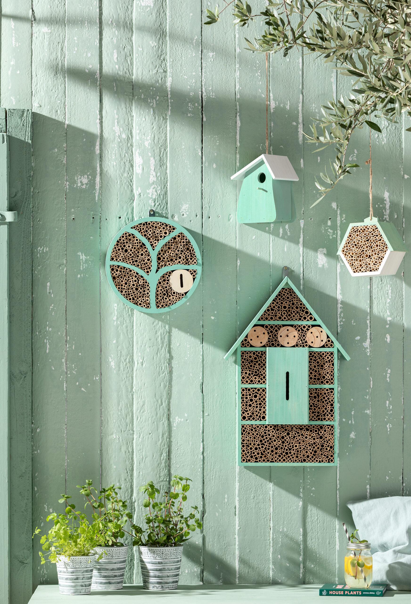 Neben Insektenhäusern sollten auch Nistkästen für Vögel in keinem naturnahen Garten fehlen