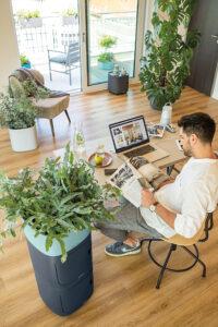Der PILA-Pflanzturm bietet viel Platz für Schreibtischutensilien