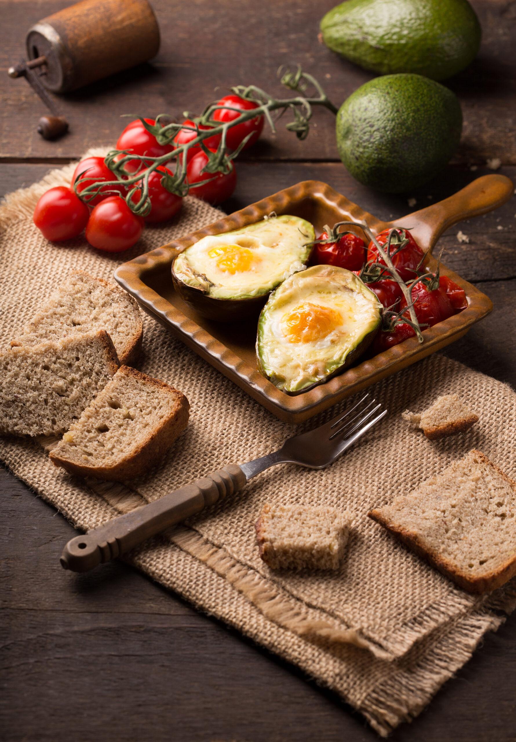 Spiegelei trifft Avocado: Power-Frühstück für Faulenzer