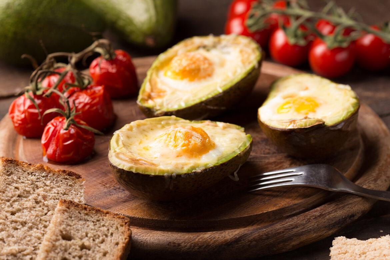 Perfektes Faulenzerfrühstück: Gebackene Avocado-Spiegeleier