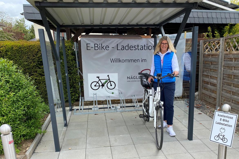 »Auftanken« im Nägler's Fine Lounge Hotel – Hoteldirektorin Diana Nägler mit ihrem E-Bike am neuen Bikeport