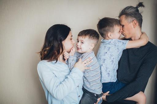 Wat zijn Familieopstellingen en andere veelgestelde vragen. Man en vrouw met met twee kinderen. Ouders met hun zoontjes.