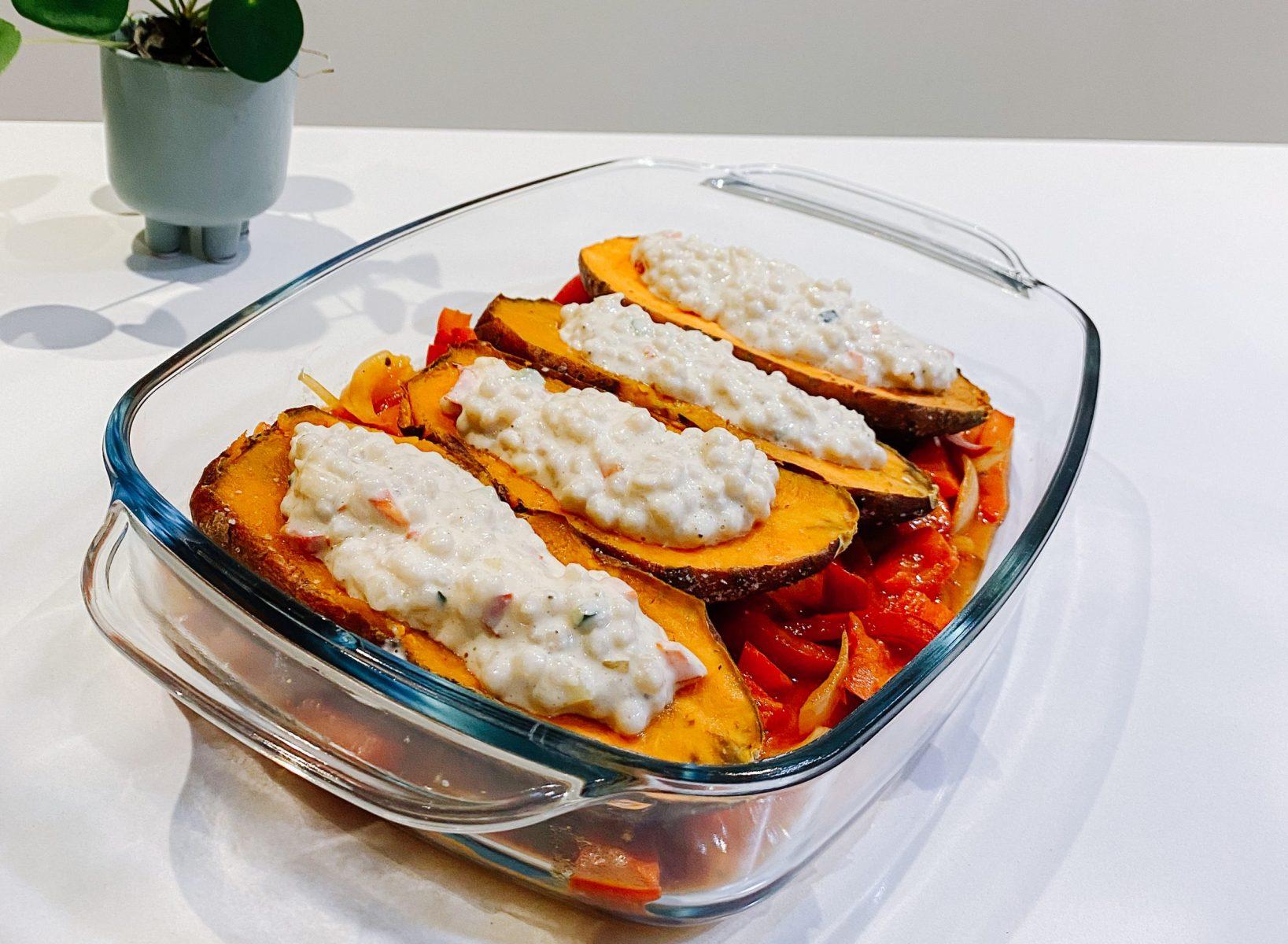 gevulde zoet aardappel met parelcouscous en haverroom (vegan)