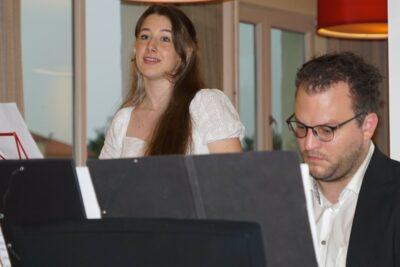 Sängerin Mona Sonntag und Dr. Simon Behr am Piano